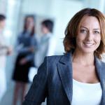 Femme d'affaires souriante prête à comprendre l'assurance collective