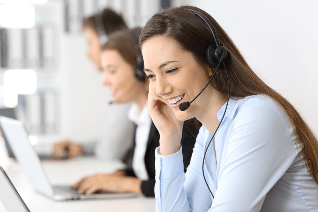 Téléphoniste qui répond à un appel d'AssuranceCollectiveEnLigne.ca