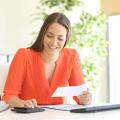 femme qui compare les différences de protection et de coût de la RAMQ et de l'assurance collective