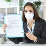femme qui présente l'assurance collective avec un masque en temps de COVID-19 (coronavirus)